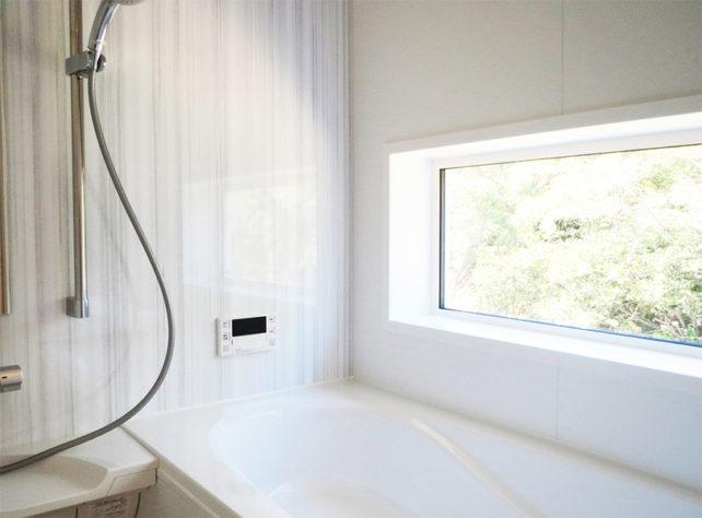 大きな窓がある浴室
